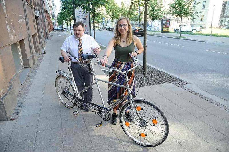 Gatis un Liena pie velosipēda